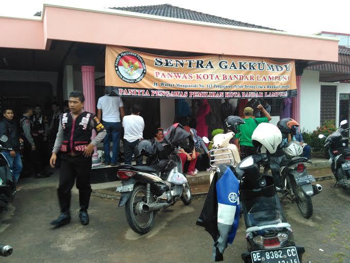 Puluhan pendukung pasangan Thobroni- Komarunizar mendatangi kantor Panwaslu Bandar Lampung guna melaporkan indikasi pelanggaran dalam Pilkada Bandar Lampug 2015. | Andi/Jejamo.com