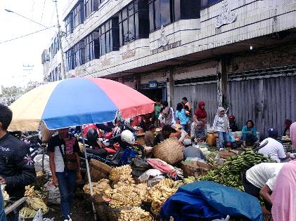 Aktivitas pasar tradisional di Bandar Lampung berjalan seperti biasa meski libur natal. | Sugiono/Jejamo.com