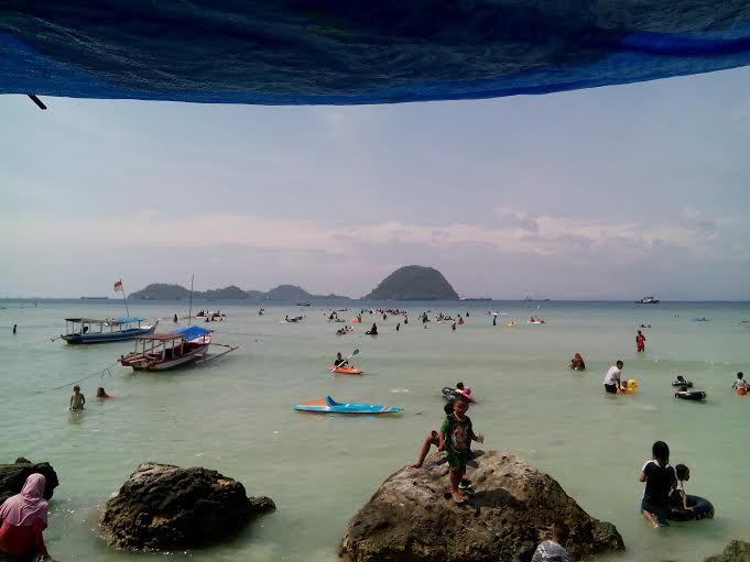 Pantai Pasir Putih Lampung Selatan dipadati pengunjung, Minggu, 20/12/2015. | Adian Saputra/Jejamo.com