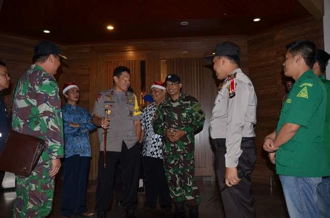 Kapolda Lampung  Brigjen Edwar Syahpernong, saat mengunjungi Pam Misa Natal di sejumlah gereja di Lampung. | Ist.