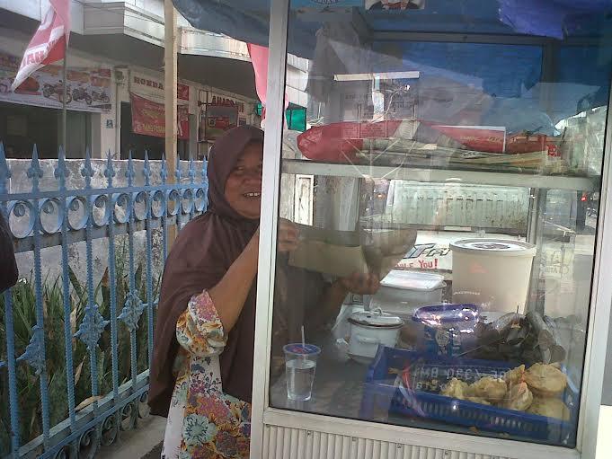 Inilah Perjuangan Ibu, 15 Tahun Jualan Nasi Uduk untuk Biayai Anak Sekolah