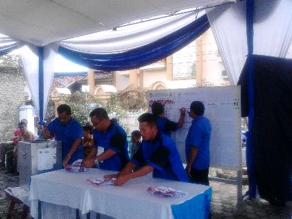 Perhitungan suara sementara di TPS 2 Kelurahan Gunung Agung, Tobroni unggul di TPS nya dengan perolehan 381 suara. | Sugiono/Jejamo.com