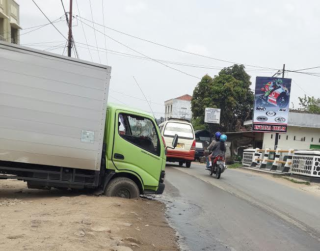 Galian pipa PDAM di Jalan KH. Gholib menyebabkan ban mobil terporosok, Kamis 3/12/2015. |  Nur Kholik/Jejamo.com