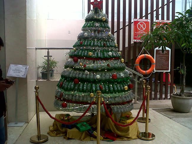 Gereja Katolok Santo Petrus Panjang Bandar Lampung mengumpulkan botol bekas untuk dijadikan pohon natal setinggi 7 meter. | Andi/Jejamo.com