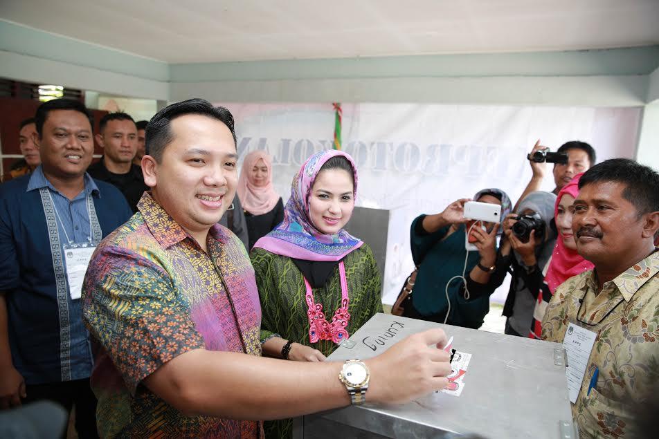 Gubernur Lampung Ridho Ficardo memasukan surat suara di TPS 7 Kelurahan Sumur Batu, Bandar Lampung, Rabu 9/12/2015. | Ist.