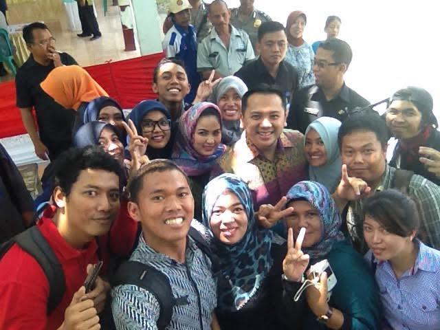 Gubernur Lampung Ridho Ficardo bersama sang istri, melakukan selfie bareng puluhan jurnalis kota Bandar Lampung usai pencoblosan, Rabu 9/12/2015. | Widya/Jejamo.com