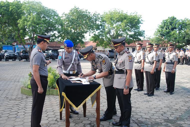Penandatangan rolling 5 pejabat satuan dan Polsek jajaran Polresta Bandar Lampung, Selasa 15/12/2015. | Ist.