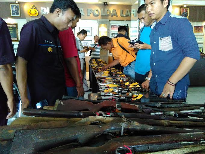 Inilah ratusan senjata api (senpi) yang diserahkan Korem 043/Gatam kepada Polda Lampung, Rabu 2/12/2015. | Andi/Jejamo.com