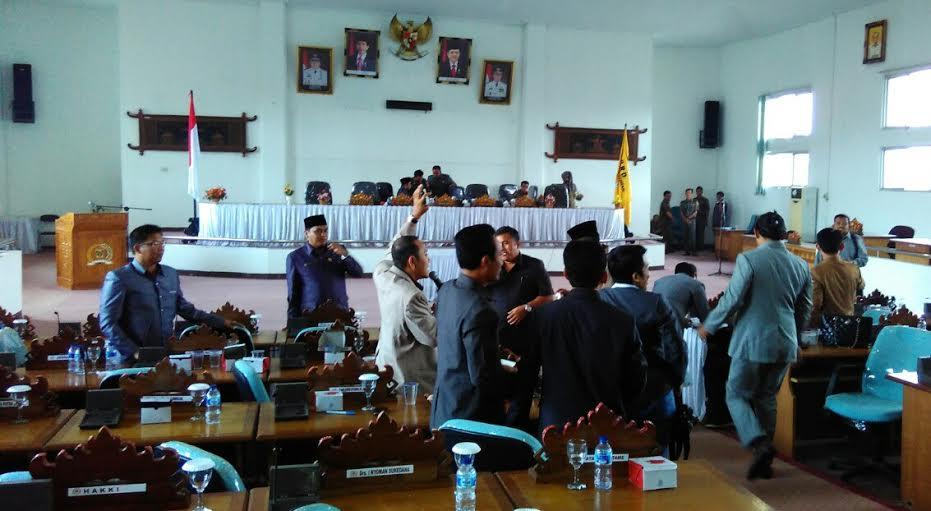 Situasi ruang Sidang Paripurna yang beragendakan pembentukan alat kelengkapan dewan saat di skor olah ketua DPRD Junaidi Sunardi Selama lima menit. | Raeza/Jejamo.com