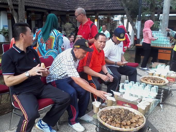Pj. wali kota Bandar Lampung, Sulpakar, nyabu usai senam pagi bersama staf Pemkot, Jumat 11/12/2015. | Sigit/Jejamo.com