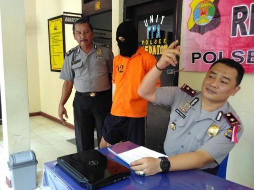 SP, tersangka pencuri laptop di kamar indekos Kampung Bumimanti, Bandar Lampung, ditangkap anggota Polsek Kedaton. Ekspose kasus dilakukan hari ini, Selasa, 29/12/2015. | Andi Apriyadi/jejamo.com