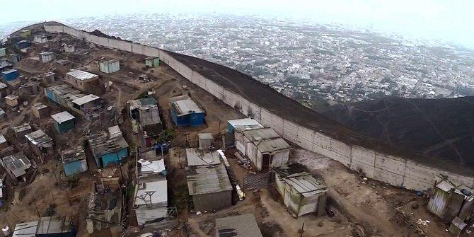 Tembok pemisah ini dibangun di Peru untuk memisahkan si kaya dengan si miskin. | dailymail.com