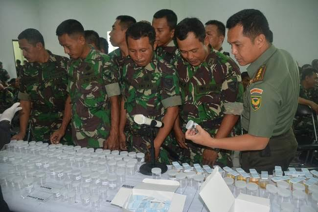 Prajurit dan PNS Korem 043/Gatam menjalani pemeriksaan tes urine di Aula Graha sudirman Makorem, Senin 14/12/2015. | Ist.