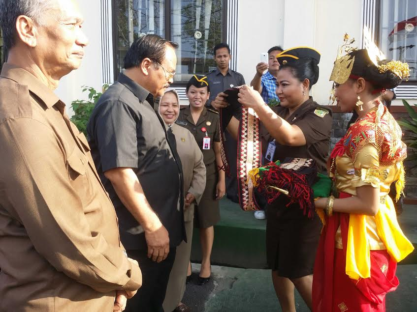 Wakil Kepala Kejaksaan Agung Republik Indonesia, Dr. Andi Nirwanto, saat tiba di Kalianda Lampung Selatan, Selasa 1/12/2015. | Heri/Jejamo.com