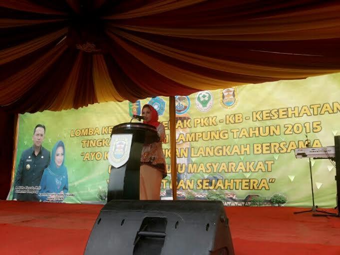 Ketua PKK Aprilani Yustin Ridho Ficardo memberikan sambutan dalam Lomba Kesatuan Gerak PKK-KB-Kesehatan, di kelurahan Kedaung, Kecamatan Kemiling, Senin 21/12/2015. | Desi/Jejamo.com