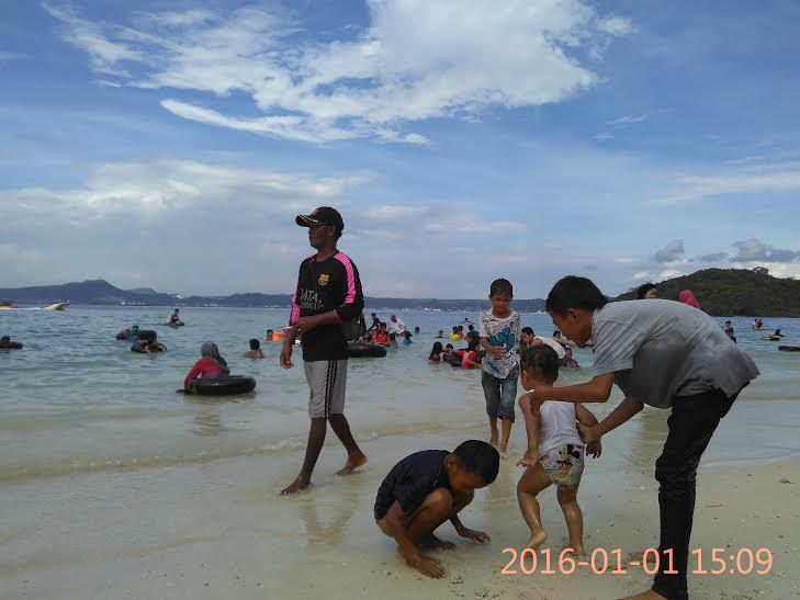 Anak-anak Isi Liburan Tahun Baru dengan Berenang di Pantai Mutun