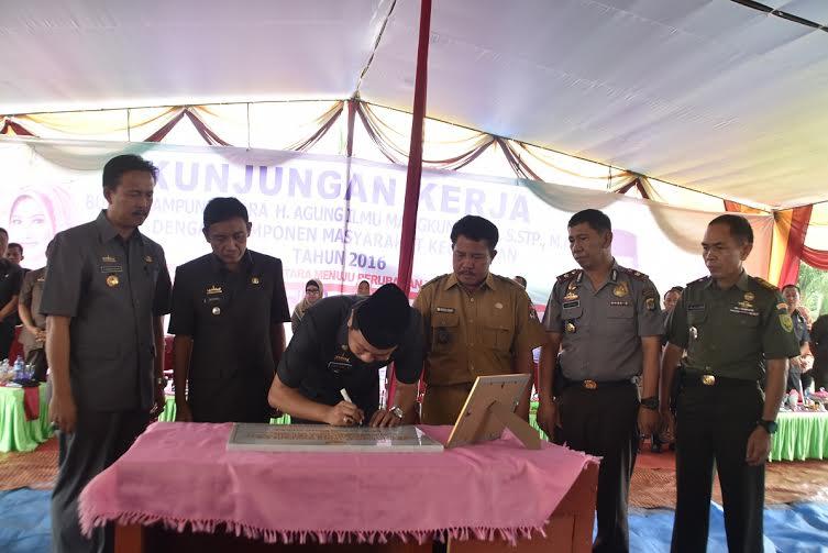 Bupati Lampung Utara, H Agung Ilmu Mangkunegara, S.Stp MH, melakukan penandatanganan prasasti peresmian kantor Desa Suka Maju. Kecamatan Bungamayang, Rabu, 20/1/2016 | Buhairi/jejamo.com