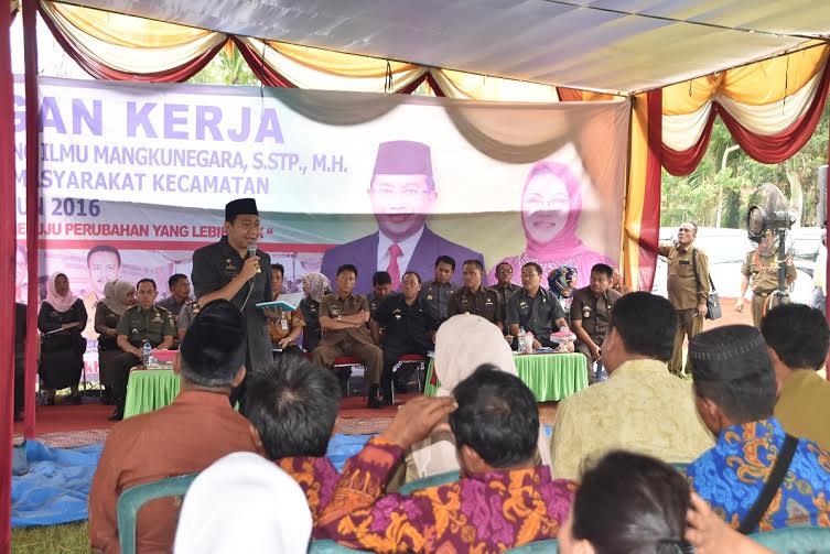 Bupati Lampung Utara, H Agung Ilmu Mangkunegara, S.Stp MH, bersama dengan jajarannya melakukan kunjungan kerja (kunker) di Desa Haduyang Ratu, Kecamatan Bungmayang, Rabu, 20/1/2016. | Buhairi/jejamo.com