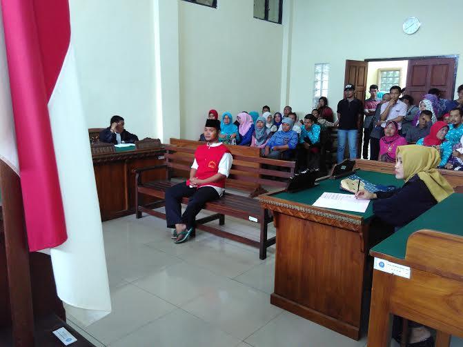 Edi Santoso (35), Satpam SMPN 1 Bandar Lampung, terdakwa kasus penganiayaan terhadap RF salah satu siswa sekolah tersebut, divonis hukuman penjara selama 22 hari dalam sidang di Pengadilan Negeri Tanjungkarang, Kamis, 28/1/2016 | Andi/jejamo.com