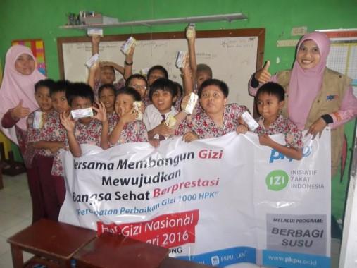 PKPU Lampung membagikan susu kepada seribuan siswa SD di Bandar Lampung dalam rangka Hari Gizi Nasional, Selasa, 26/1/2016. | PKPU Lampung