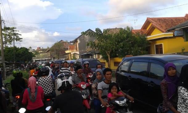 Akses jalan menuju Dermaga Bom Kalianda dipenuhi kendaraan | Heri/jejamo.com