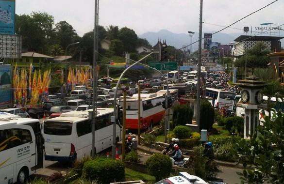 Inilah Penampakan Kemacetan Kendaraan di Jalur Puncak Bogor