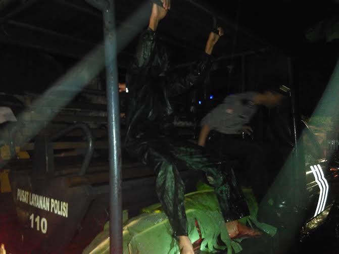 Jenazah Warni dievakuasi oleh polisi | Andi/jejamo.com