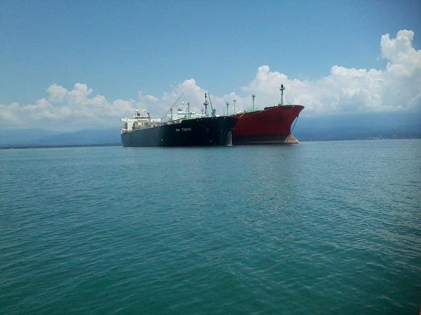 Aktivitas bongkar muat gas elpiji dari kapal VLGC di Teluk Semangka Tanggamus | Budi/jejamo.com
