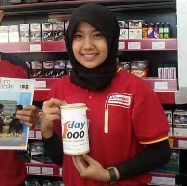 Merta Fernia, kasir cantik Alfamart Jalan Sultan Agung, Way Halim, Bandar Lampung, ikut program One Day One Thousand (ODOT) Yatim Mandiri Lampung. | Yatim Mandiri Lampung