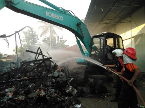 Antisipasi Kebakaran Pabrik di Natar Melebar, Alat Berat Diturunkan