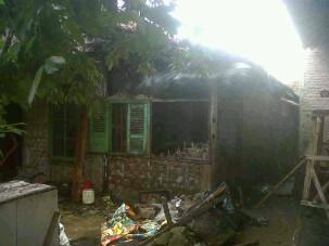 Kebakaran menghanguskan rumah semi permanen milik Widi Wahyudi (37), yang beralamat di Jalan Ryacudu RT44 RW 06 Kelurahan Metro, Kecamatan Metro Pusat, Sabtu, 9/1/2016 | Tyas/jejamo.com