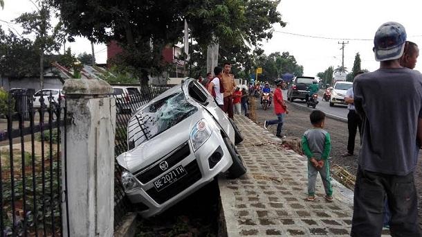 Breaking News: Kecelakaan, Mobil Dikendarai Siswa SMA di Kotabumi Lampung Utara Ringsek