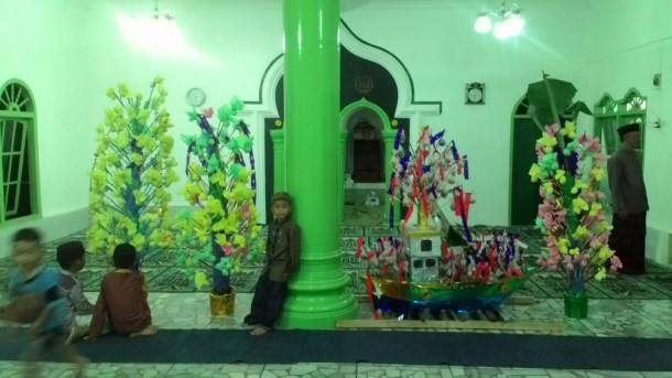 Ratusan kembang telur bikinan warga ditaruh di Musala Babussalam Kaliawi Bandar Lampung dalam perayaan Maulid Nabi Muhammad Saw, Sabtu malam, 9/1/2015. | Dina Nur Atika/jejamo.com