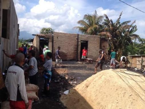 Warga Bantu Bangun Rumah Korban Kebakaran di Natar