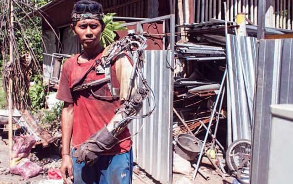 Wow! Pria Bali Ini Bikin Tangan Robot dari Barang Bekas