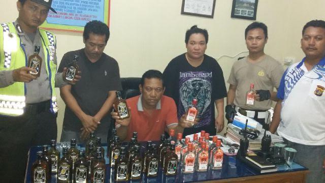Polsek Abung Barat, Lampung Utara,  berhasil amankan 33 dus minuman keras (miras)berbagai merek, dari dalam sebuah mobil yang melintas di Jalan Lintas Sumatera Desa Ogan Lima, Kecamatan Abung Barat | Defri/jejamo.com
