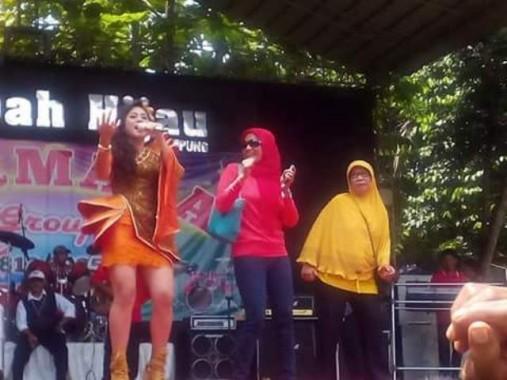 Risma D'Academy Indosiar dan Yessy Bintang Hibur Penonton di Lembah Hijau