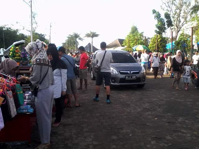 Suasana PKOR Way Halim Bandar Lampung, Minggu, 1/3/2016. Meski berfungsi sebagai pusat kegiatan olahraga, PKOR lebih mirip pasar dengan banyaknya pedagang di areal tersebut. | Widya/Jejamo.com