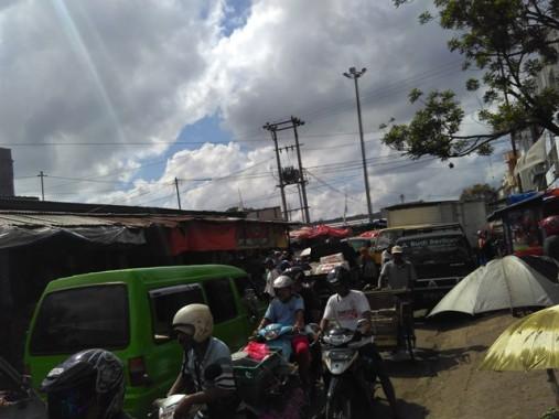 Kendaraan R2 dan R4 Bikin Pasar Pagi Metro Lampung Semrawut