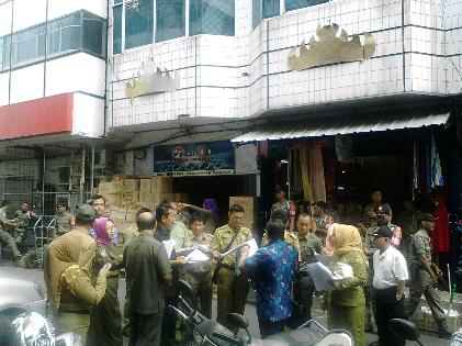 Sidang di tempat oleh  PN Bandar Lampung terkait perpanjangan HGB sejumlah pemilik ruko Pasar Tengah, Selasa, 26/1/2016. | Sugiono/Jejamo.com