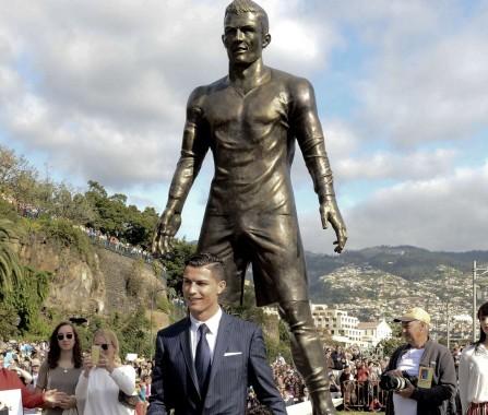 Patung Ronaldo di Kampung Halaman Dicoret Nama Messi