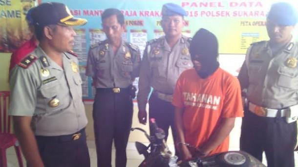 Arbain, tersangka pencuri motor, di Polsek Sukarame, Bandar Lampung, Jumat, 8/1/2016. | Andi Apriyadi/jejamo.com