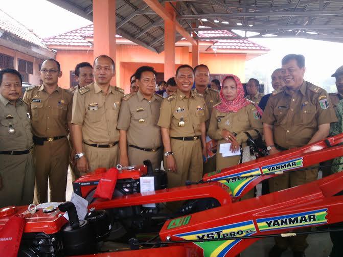 Pj Bupati Lampung Timur Serahkan Bantuan Hand Tracktor