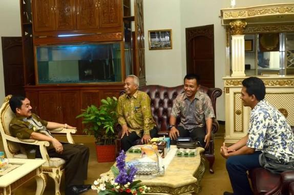 Persaki Lampung memberikan bibit tanaman kayu-kayuan kepada PJ Wali Kota Metro Achmad Chrisna Putra sebagai simbol dukungan kepada Pemkot Metro untuk melaksanakan program penghijauan secara berkelanjutan | Tyas/jejamo.com