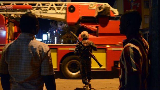 Aparat keamanan Burkina Faso sedang berjaga di sekitar hotel yang diserang oleh teroris | AP