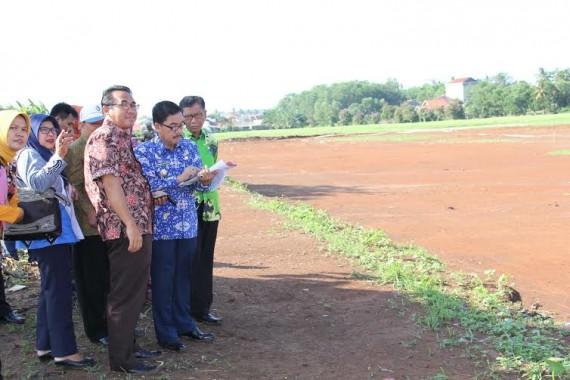 PJ Wali Kota Metro Chrisna Putra melakukan peninjauan lokasi pembangunan Taman Pengantin beberapa waktu lalu | Tyas/jejamo.com