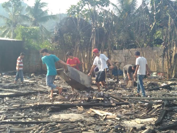 Warga menyelamatkan sisa sisa kebakaran di rumah makan Cunpen | Andi/jejamo.com