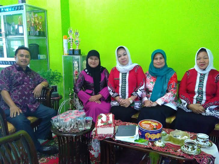 Dari sebelah kiri,  H aruji (waka kesiswaan),  Dra. H. Halimah (Waka Kesiswaan)  Dra. Hj. Halimah (Kepala Sekolah), Dra. Yuliant,( Waka Humas) dan Hj. Gita (Guru Baha Indonesia) | Wahyu/jejamo.com