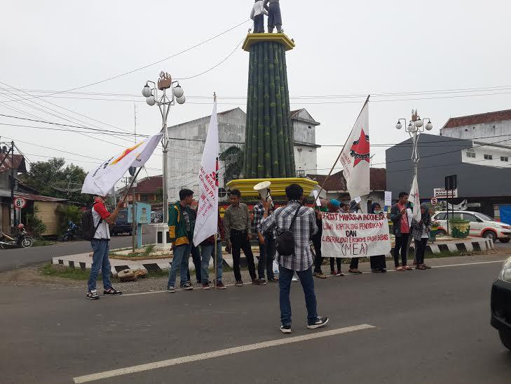 Serikat Mahasiswa Indonesia  (SMI) Cabang Pringsewu menggelar aksi demo di depan Tugu Bambu Pringsewu, Senin, 25/1/2016 |Kholik/jejamo.com