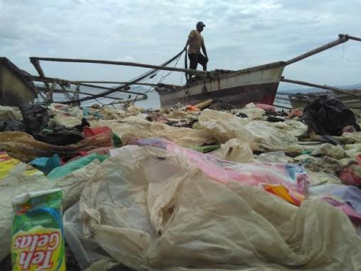 Sampah Menumpuk di Pinggir Pantai Sukaraja Bandar Lampung